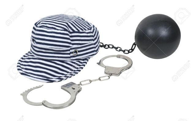 10409598-galeotto-cappello-a-righe-indossata-nelle-carceri-d-epoca-come-parte-della-divisa-con-un-paio-di-man-archivio-fotografico