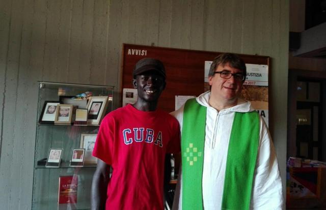 Migranti in piscina: applausi in chiesa per don Biancalani