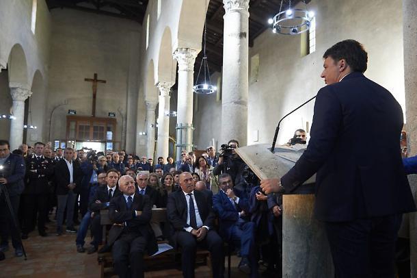 1509029395981.jpg--matteo_renzi__il_comizio_improvvisato_nella_chiesa_a_paestum__il_parroco___non_ne_sapevamo_nulla__siamo_turbati_