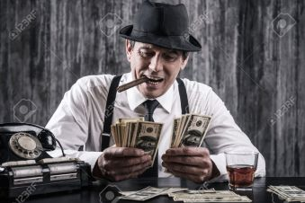 34769568-il-denaro-e-il-potere-anziano-gangster-in-camicia-e-bretelle-contare-il-denaro-e-sorride-mentre-sedu.jpg
